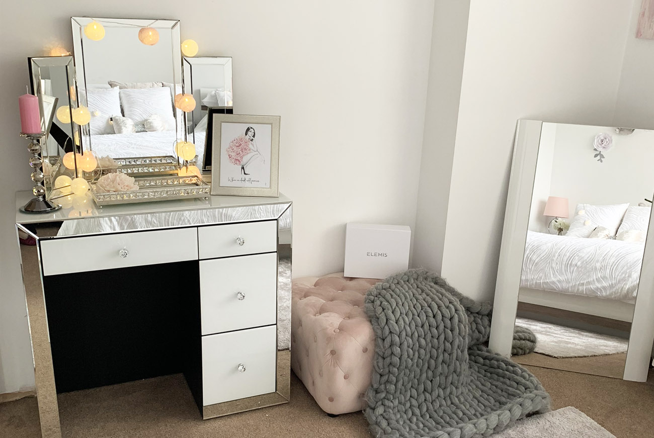 White mirrored bedroom furniture dressing table